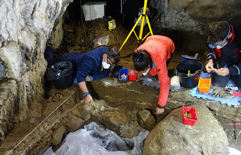 nouvelles fouilles archéologiques dans la grotte d'Isturitz
